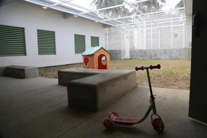 Recreation area Mayotte CRA - (Photo credit: Les enfants continueront à être placés en rétention Par Y D) - 9 avril 2018. JDM. https://lejournaldemayotte.yt/les-enfants-continueront-a-etre-places-en-retention/