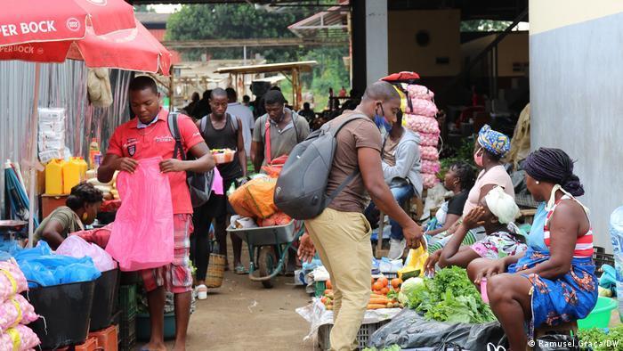 """R. Graça, """"São Tomé e Príncipe: Mortes por Covid-19 disparam e população ignora a doença,"""" DW, 25 February 2021, https://www.dw.com/pt-002/s%C3%A3o-tom%C3%A9-e-pr%C3%ADncipe-mortes-por-covid-19-disparam-e-popula%C3%A7%C3%A3o-ignora-a-doen%C3%A7a/a-56699946"""