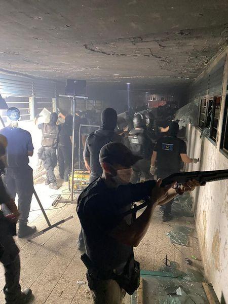 Police operation to halt a riot in the Las Flores Prison, in the province of Santa Fe, 24 March 2020, (https://elpais.com/sociedad/2020-03-25/cinco-muertos-en-motines-en-carceles-argentinas-durante-la-cuarentena-por-el-coronavirus.html)