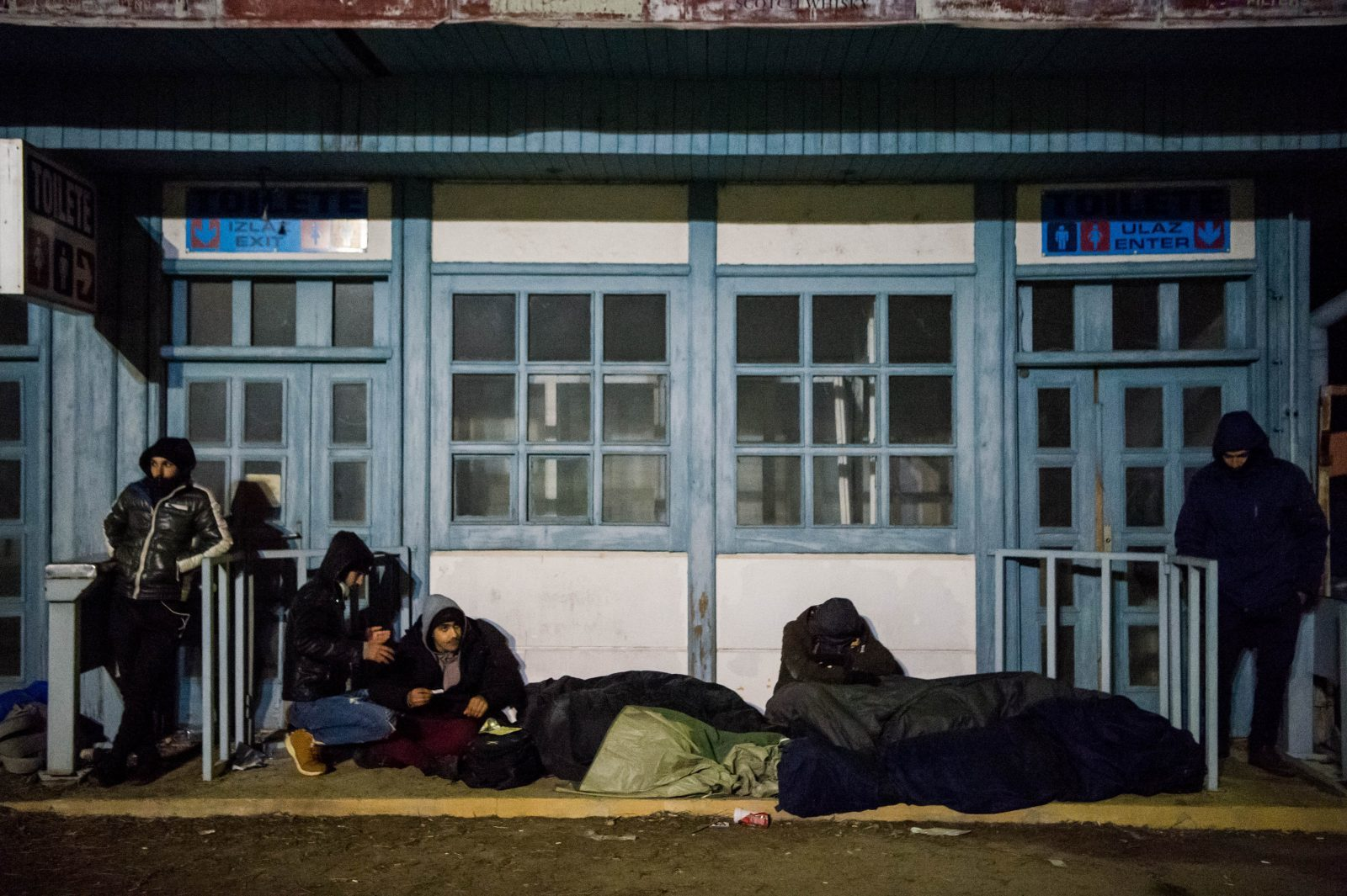 A group of migrants rest at the Serbian village of Kelebia, bordering Hungary (EPA-EFE/Zoltan Balogh Hungary Out/ Balkan Insight - https://balkaninsight.com/2020/04/09/movement-ban-worsens-migrants-plight-in-serbia-bosnia/
