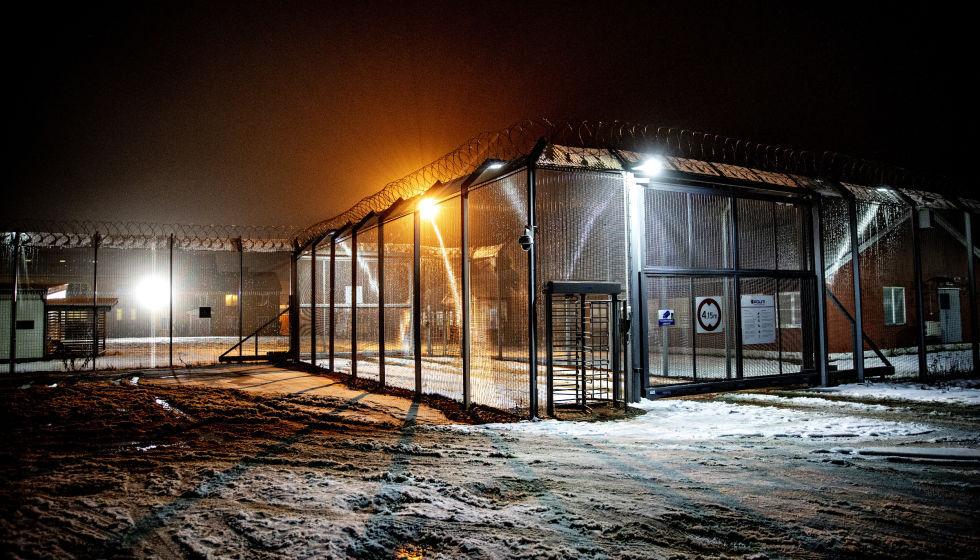 """Plane Flying Over Trandum Detention Centre in Norway, (Stian Lysberg Solum, NTB Scanpix, """"Internerte asylsøkere løslates på grunn av koronaventing,"""" 24 April 2020, https://www.dagsavisen.no/nyheter/innenriks/internerte-asylsokere-loslates-pa-grunn-av-koronaventing-1.1704826)"""