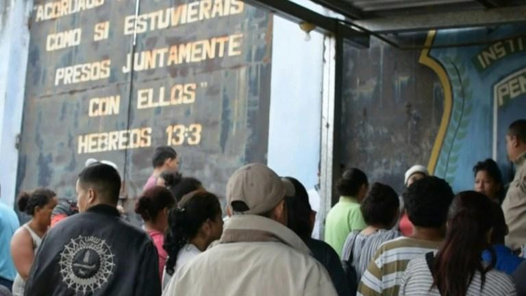 Families gather outside a Honduran prison (https://radiohrn.hn/suspenden-visitas-en-carceles-de-honduras-para-prevenir-contagio-de-coronavirus/)