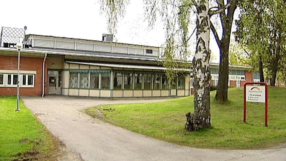 """Gävle Detention Centre, (""""Migrationsverket anmäler två anställda i Gävle,"""" SVT, 23 June 2014,  https://www.svt.se/nyheter/lokalt/dalarna/migrationsverket-i-gavle-anmaler-tva-anstallda)"""