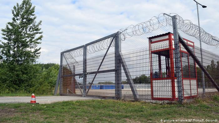 Gates of a Transit Zone in Hungary, (P. Gorondi, Picture-Alliance,