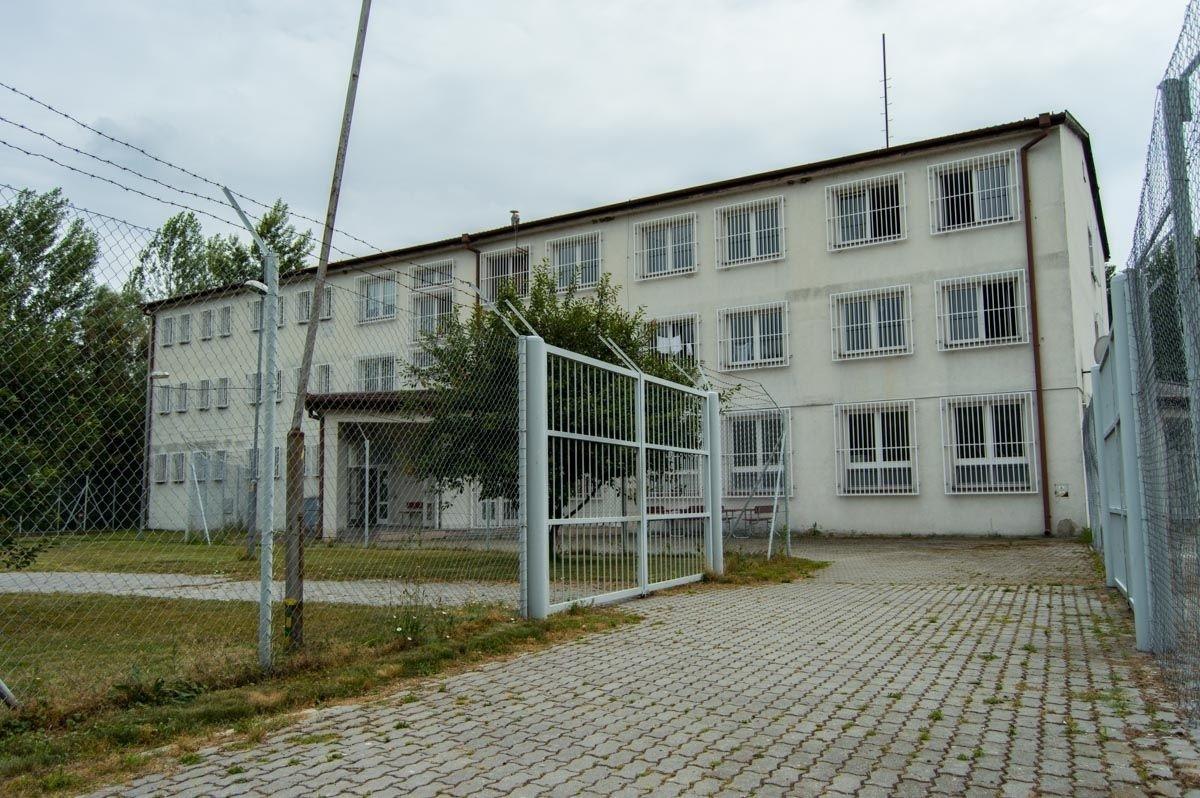 Medved'ov Detention Centre Building, (David Ištok, Aktuality.sk, https://www.aktuality.sk/fotogaleria/278734/utekali-tisice-kilometrov-skoncili-u-nas-doprajeme-im-1000-tv-kanalov-aj-posilnovnu/4/)