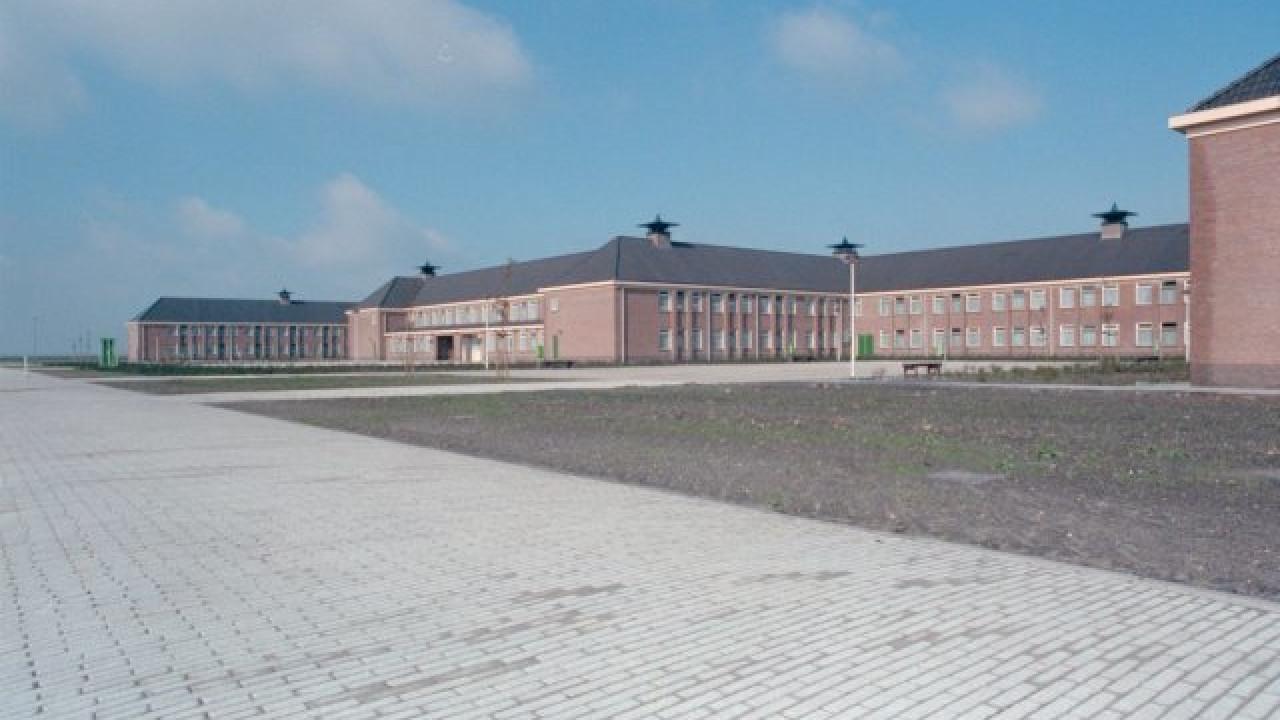 Temporary Emergency Shelter Barracks in Willem Lodewijk van Nassaukazerne, (https://www.gic.nl/nieuws/minister-stelt-kazerne-zoutkamp-beschikbaar-als-tijdelijke-noodonderdaklocatie-voor-vreemdelingen)